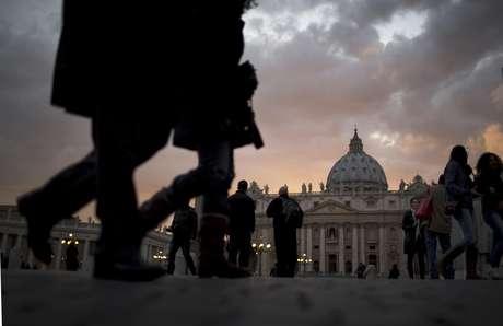 """<p>Imitando las tradicionales señales de humo de la Capilla Sixtina, blanco para un nuevo pontífice y negro para una votación inconclusa, las mujeres también se vistieron de rosa y llevaron insignias de """"sacerdocio femenino"""".</p>"""