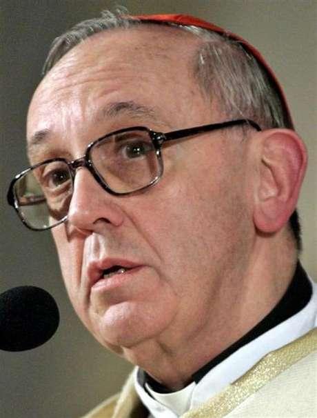 Novo papa Franciso, o argentino Jorge Mario Bergoglio, aparece na varanda da Basílica de São Pedro, no Vaticano. 13/03/2013