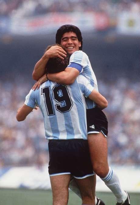 <p>Maradona se abraza con Oscar Ruggeri luego de vencer a Alemania en la final del Mundial de México. Aquel fue el momento de la consagración de Diego como el mejor futbolista del mundo y uno de los mejores de todos los tiempos.</p>