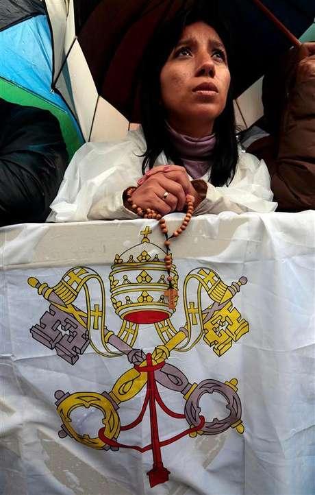 El papa Francisco I se convertirá oficialmente en el nuevo líder de la Iglesia católica el 19 de marzo, dijo el miércoles el Vaticano. En la imagen, una fiel espera a que se alce el humo de la chimenea de la capilla Sixtina durante un segundo día de cónclave para elegir un nuevo Papa, en la plaza de San Pedro, en el Vaticano, el 13 de marzo de 2013.