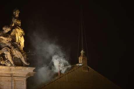 <p>El mensaje del esperado humo que salió a las 18H05 GMT fue confirmado por el tañido de las campanas de San Pedro, bajo las aclamaciones de una muchedumbre enfervorizada que desafío la lluvia intermitente con banderas de numerosos aíses</p>