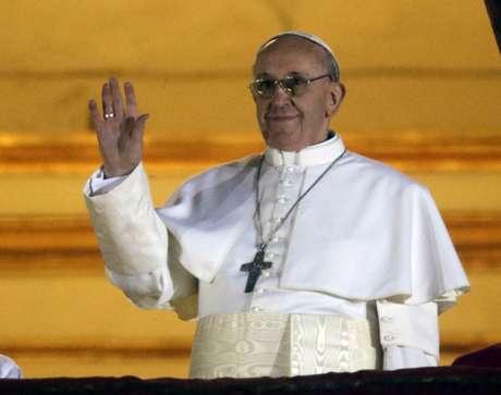 O papa Francisco aparece no balcão central da Basílica de São Pedro pela primeira vez como Sumo Pontífice
