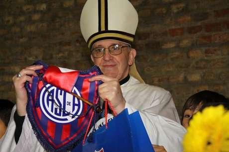 Foto de arquivo do cardeal argentino Jorge Bergoglio, eleito novo papa, com o logotipo do time de futebol San Lorenzo, do qual é torcedor. 13/03/2013