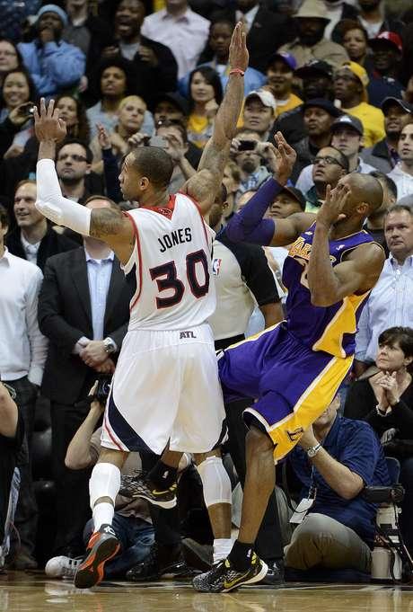 <p>Bryant errou o arremesso e torceu o tornozelo esquerdo</p>