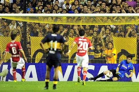 <p>Orión le ataja el penal a Rodríguez del Toluca, fue uno de los seis penales que le cobraron a Boca en nueve partidos: 3 fueron goles y 3 fueron errados</p>