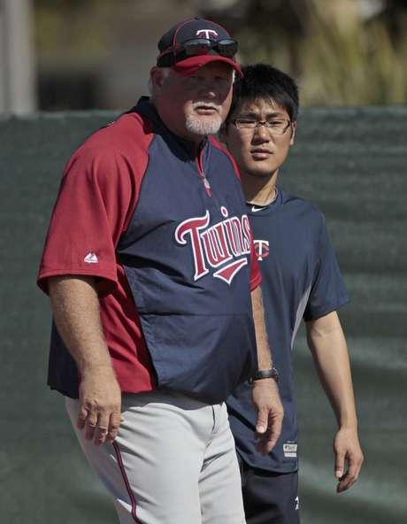 <p>En esta foto el intérprete japonés Ryo Shinkawa está listo para asistir al mánager de los Mellizos de Minnesota Ron Gardenhire observa a los jugadores durante un entrenamiento primaveral.</p>