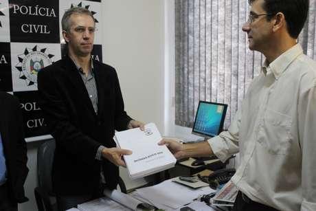 <p>Peritos do IGP entregam laudos sobre o incêndio na Boate Kiss ao delegado Sandro Meinerz</p>