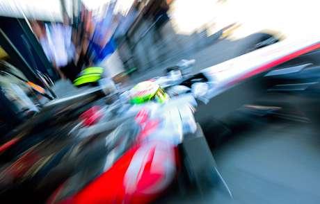 <p>El piloto mexicano de Fórmula Uno, Sergio Pérez, de la escudería Mercedes McLaren, conduce su vehiculo durante una sesión de prácticas para el Gran Premio de Australia de Fórmula Uno en el circuito Albert Park de Melbourne.</p>