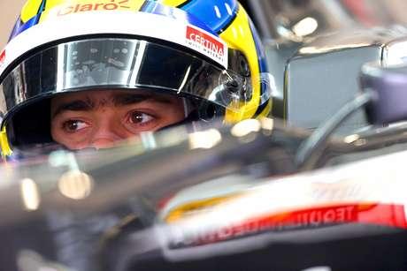 El piloto mexicano de Fórmula Uno, Esteban Gutiérrez, de la escudería Mercedes McLaren, espera salir de pits durante una sesión de prácticas para el Gran Premio de Australia de Fórmula Uno en el circuito Albert Park de Melbourne.