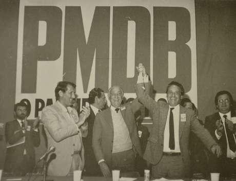 <p>Franco Montoro (centro), Orestes Quéria (esq.) e Fernando Henrique Cardoso (dir.), em evento do PMDB. Os dois primeiros foram governador e vice nas primeiras eleições diretas em 1982</p>