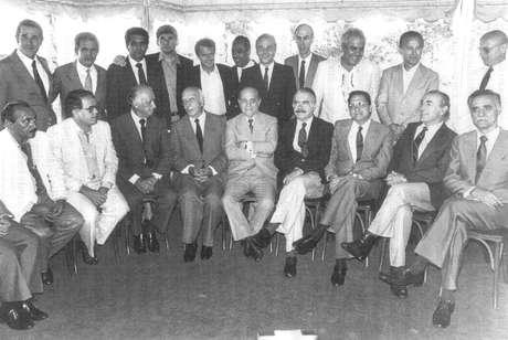 <p>Foto que reuniu governadores eleitos pelo voto direto em 1982, ainda sob regime ditatorial,e personalidades políticas que lideraram o movimento das Diretas Já</p>