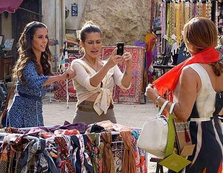 Ayla fica nervosa ao ver Bianca na Turquia e belisca a rival