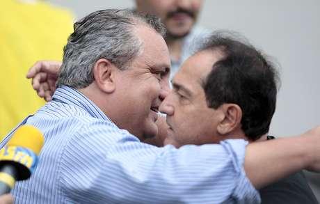 <p>Branco, treinador do Guarani, cumprimenta Muricy Ramalho, antes da derrota para o Santos</p>