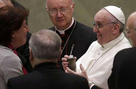 <p>El Sumo Pontífice recibió un mate de regalo de parte de una periodista argentina.</p>