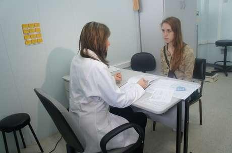 <p>A estudante Ana Paula Soares Müller, 19 anos, é atendida pela médica Lisandre Kipper Aguiar</p>