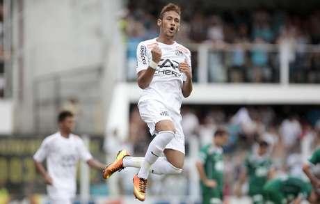 Neymar comemora gol marcado por André
