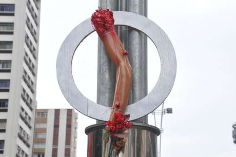 <p>Prótese de braço simboliza o membro perdido pelo ciclista David Souza dos Santos, atropelado dia 10 de março</p>