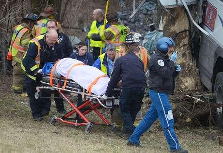 <p>Los fallecidos confirmados por ahora son el conductor y uno de los pasajeros del autobús.</p>