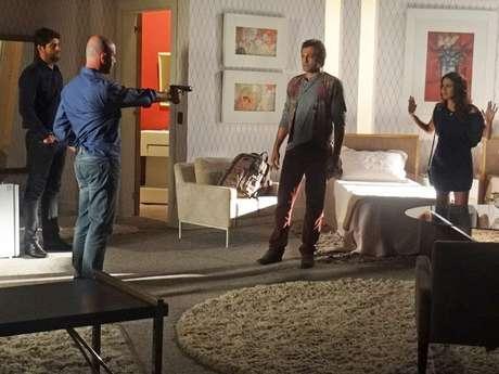 Almir impede que Morena e Zyah deixem o quarto do hotel em Istambul