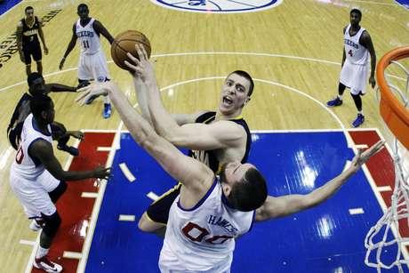 Spencer Hawes consiguió 18 puntos así como 16 rebotes y siete tapones ambas estadísticas las más altas de su carrera en la victoria que los 76ers de Filadelfia lograron por 98-91 sobre los Pacers de Indiana.