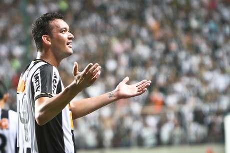 Réver marcou três gols e comandou goleada do Atlético-MG