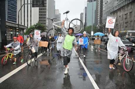 Os ciclistas protestaram depois que um jovem teve o braço amputado ao ser atropelado na avenida Paulista