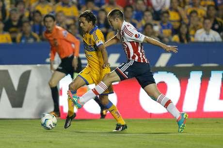Lucas Lobos falló un penalti en el empate de Tigres 1-1 ante Chivas.