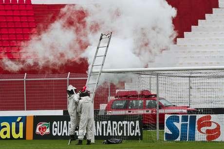 Bombeiros foram acionados para afastar abelhas do gramado do Moisés Lucarelli antes de jogo entre Ponte Preta e Oeste