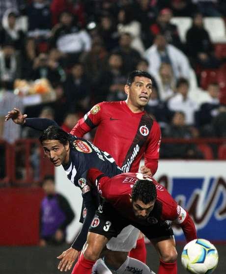 <p>Aldo de Nigris sufrió ante la marca de Tahuilán y Gandolfi, en lo que fue un duelo atractivo y bien jugado en el estadio Caliente que terminó igualado 2-2.</p>