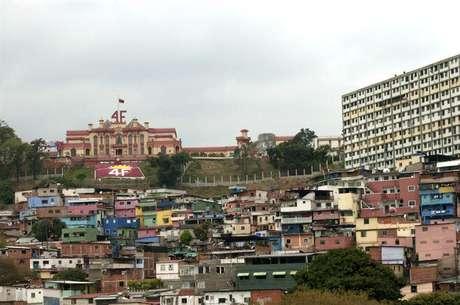 <p>El antes conocido como Cuartel de la Montaña, hoy llamado Museo de la Revolución, está ubicado en la populosa parroquia 23 de enero, al oeste de Caracas. Fue ahí donde eldifunto mandatario Hugo Cávez desarrollólasoperaciones que dieron lugar al golpe de estado de febrero de 1992.</p>