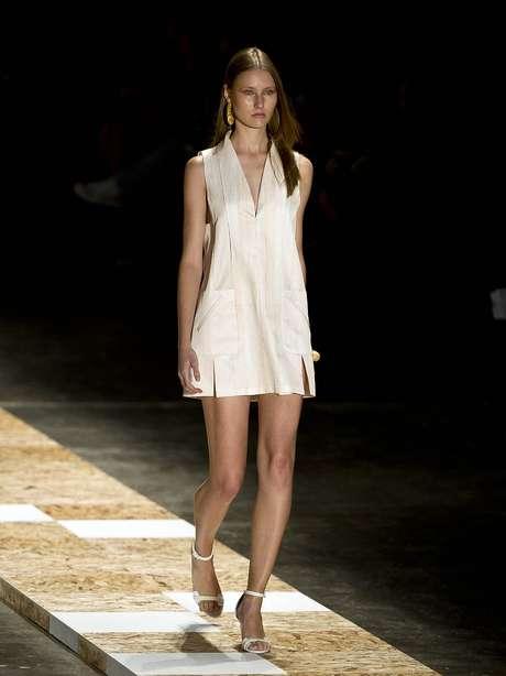 <p>No desfile da Cori, a modelo se vestiu com modelito de listras claras e cortes na saia</p>