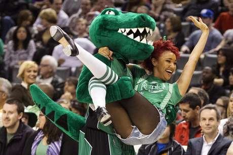 <p>Os gin&aacute;sios da NBA viveram na rodada de domingo o clima do St. Patrick&#39;s Day, o Dia de S&atilde;o Patr&iacute;cio, data tradicional nos Estados Unidos trazida pelos imigrantes irlandeses, que promove o verde e a cerveja</p>