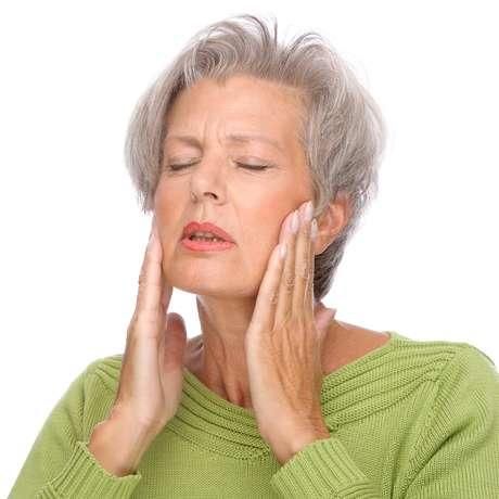 Apretar y rechinar los dientes puede provocar  hiperestesia dental