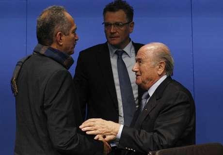 O presidente da Fifa, Joseph Blatter (D), conversa com o ministro do Esporte, Aldo Rebelo (E), e o secretário-geral da Fifa, Jérôme Valcke, após entrevista coletiva em Zurique nesta terça-feira.