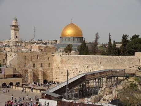 <p>La ciudad de Jerusalén en la que se ve, al fondo, la famosa Cúpula de la Roca, monumento islámico ubicado en el centro del Monte del Templo, y en primer término el Muro de las Lamentaciones, uno de los lugares de culto de la religión hebrea</p>