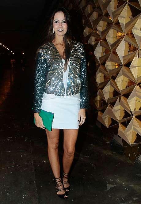 A estilista Marcela Garcia elegeu uma camisa clássica com paetês para assistir ao 1º dia de SPFW