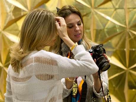 <p>Blogueiras fotografam looks que consideram interessantes nos corredores do evento</p>