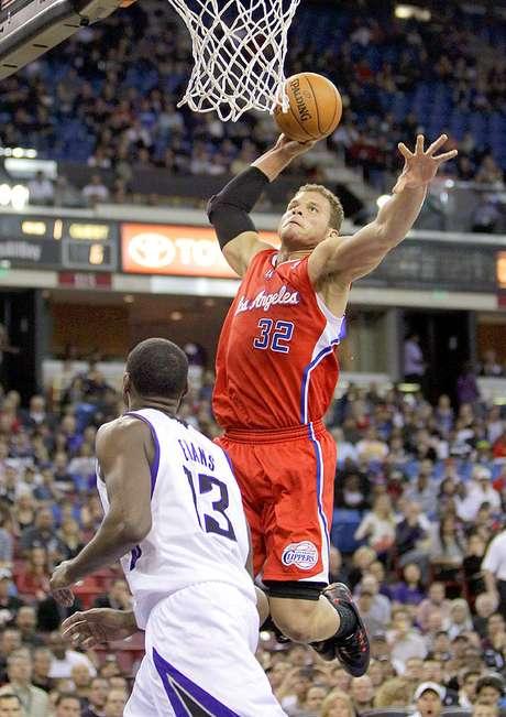 <p>Clippers vs. Kings:Blake Griffin clava el balón ante la marca deTyreke Evans.</p>