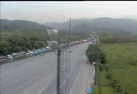 Caminhões fazem longas filas nas proximidades do porto de Santos