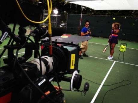 <p>De chap&eacute;u de praia e &oacute;culos, Serena gravou comercial em Miami</p>
