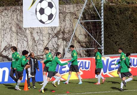 <p>Brasil deve ir a campo sem Thiago Silva e Kak&aacute; no time titular</p>