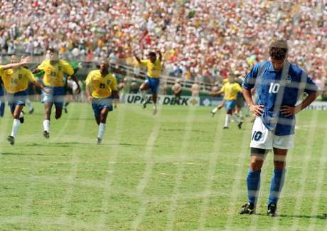Los jugadores de Brasil corren para celebrar el título mundial en Estados Unidos 1994, luego de que Roberto Baggio falló el quinto penal.