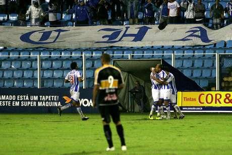 Jogadores do Avaí comemoram gol em empate no clássico com o Criciúma