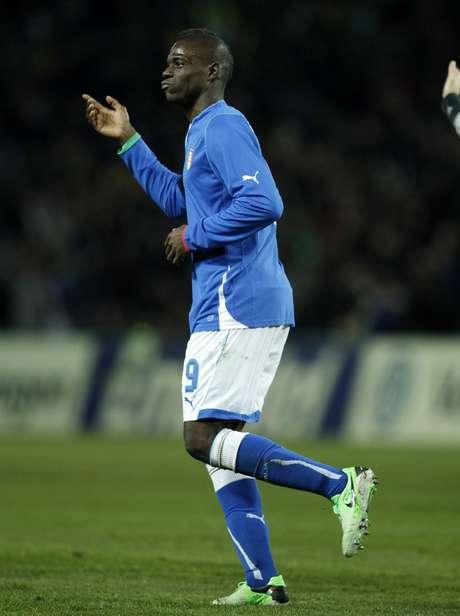 <p>Balotelli comemora gol de empate da Itália</p>