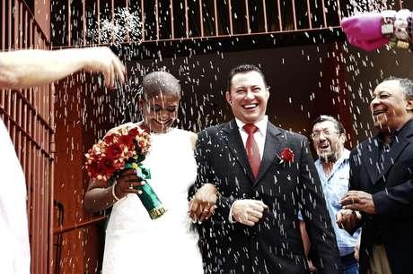 O casal Marcio e Katia deixa o cartório sob chuva de arroz