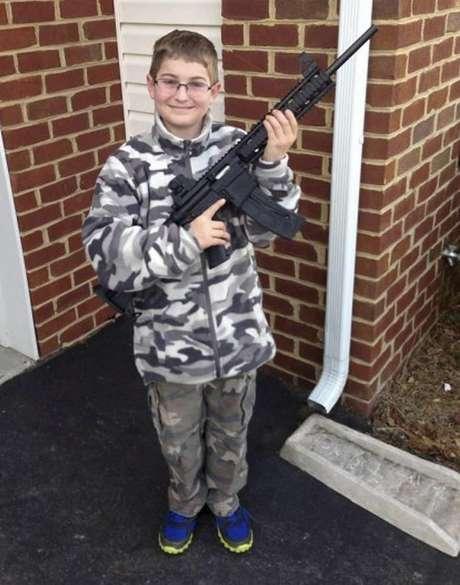 El padre colocó en su perfil de Facebook la imagen del niño, de once años, vestido con ropa de camuflaje y enarbolando el rifle