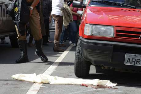Segundo informações da Delegacia de Homicídios, ele estava na companhia do irmão, também italiano, quando foi abordado por um suspeito
