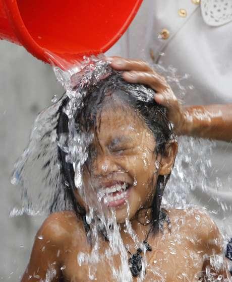 <p>Garota toma banho nas Filipinas no Dia Mundial da Água</p>