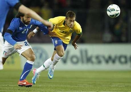 Jogador italiano Andrea Pirlo em disputa com o brasileiro Neymar no amistoso internacional em Genebra. O jogo terminou empatado em 2 a 2. 21/03/2013.