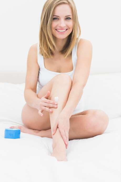 Para deixar a área depilada lisinha, sedosa e sem irritações, a dica é associar o processo de eliminação dos pelos com a adoção de cosméticos sem álcool
